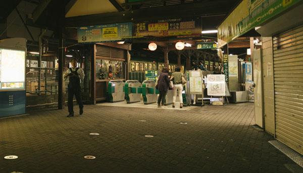 夜の駅の改札