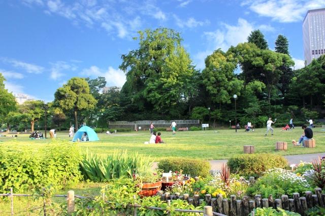デートの待ち合わせの公園